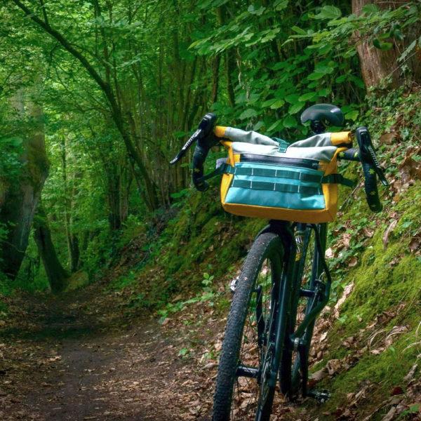 Vélo dans la foret et nature avec sacoche de vélo guidon