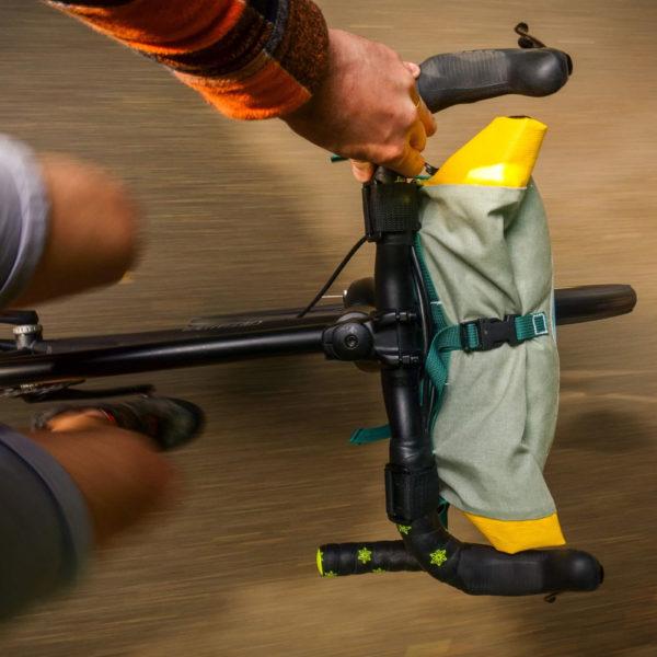 Vue de dessus du vélo en mouvement et sacoche de guidon