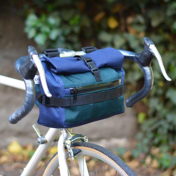 sacoche de vélo vert et bleu