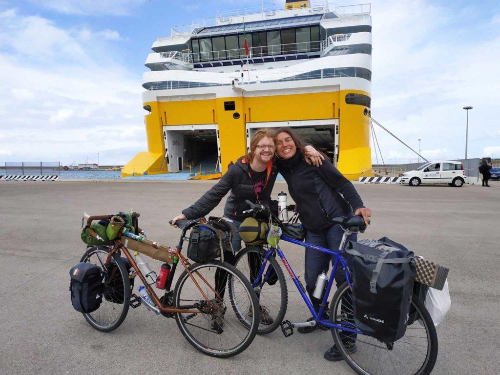 Patrick et Florie en route pour la Sardaigne à vélo depuis le Ferry