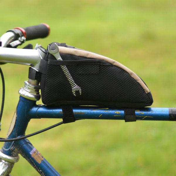 Vue du côté de la sacoche top tube avec outil